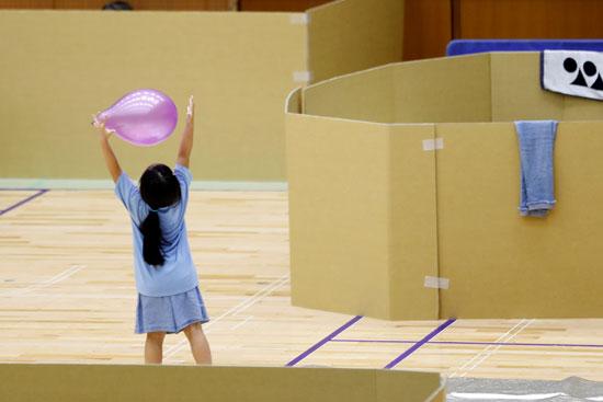 طلفة تلعب بالباون داخل مركز الإخلاء