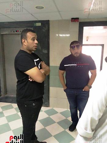 محمود الليثى ومحمد قماح بجوار حمادة هلال انتظارا لجثمان والدته (3)