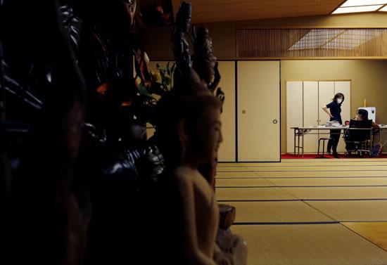 جانب من المهاجرين فى المعبد يتعلمون اليابانية