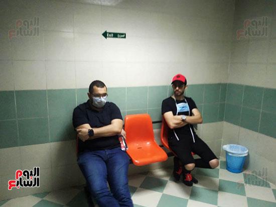 محمود الليثى ومحمد قماح بجوار حمادة هلال انتظارا لجثمان والدته (1)