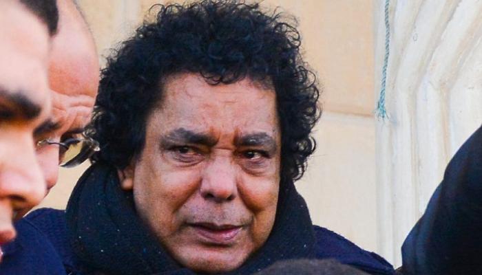 دموع محمد منير فى جنازة مدير أعماله