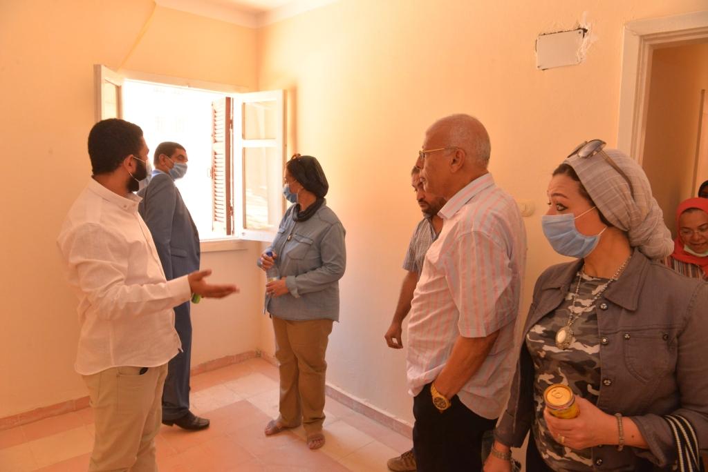 نائب رئيس جامعة أسيوط خلال تفقدها الوحدات السكنية 2
