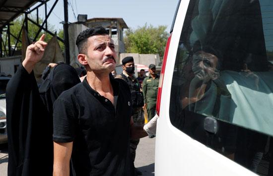 أحد أقارب هشام الهاشمى يبكى خلال الجنازة