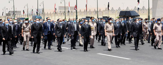 الرئيس السيسي فى يتقدم جنازة الفريق العصار (5)