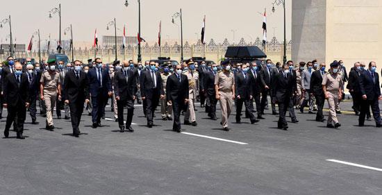 الرئيس السيسي فى يتقدم جنازة الفريق العصار (4)