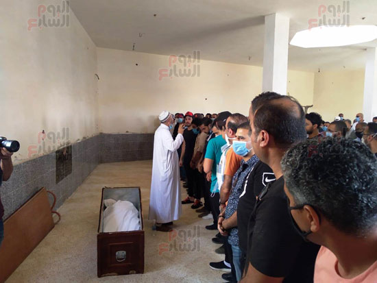 حمادة هلال يشيع جثمان والدته  (5)