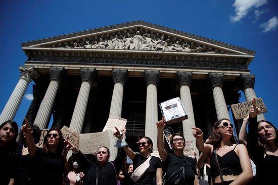 جانب من المظاهرة أمام كنيسة مادلين