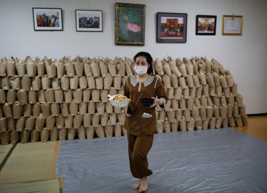 عاملة فيتنامية تتناول الغذاء بالمعبد