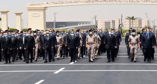 الرئيس السيسي فى يتقدم جنازة الفريق العصار (2)