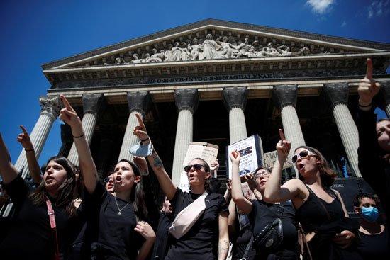 مظاهرة أمام كنيسة مادلين