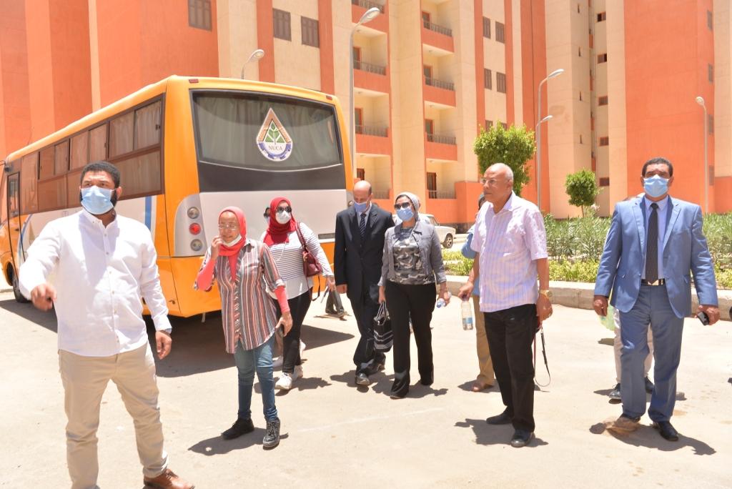 نائب رئيس جامعة أسيوط خلال تفقدها الوحدات السكنية