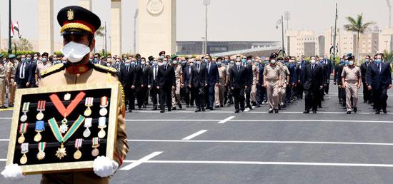 الرئيس السيسي فى يتقدم جنازة الفريق العصار (8)