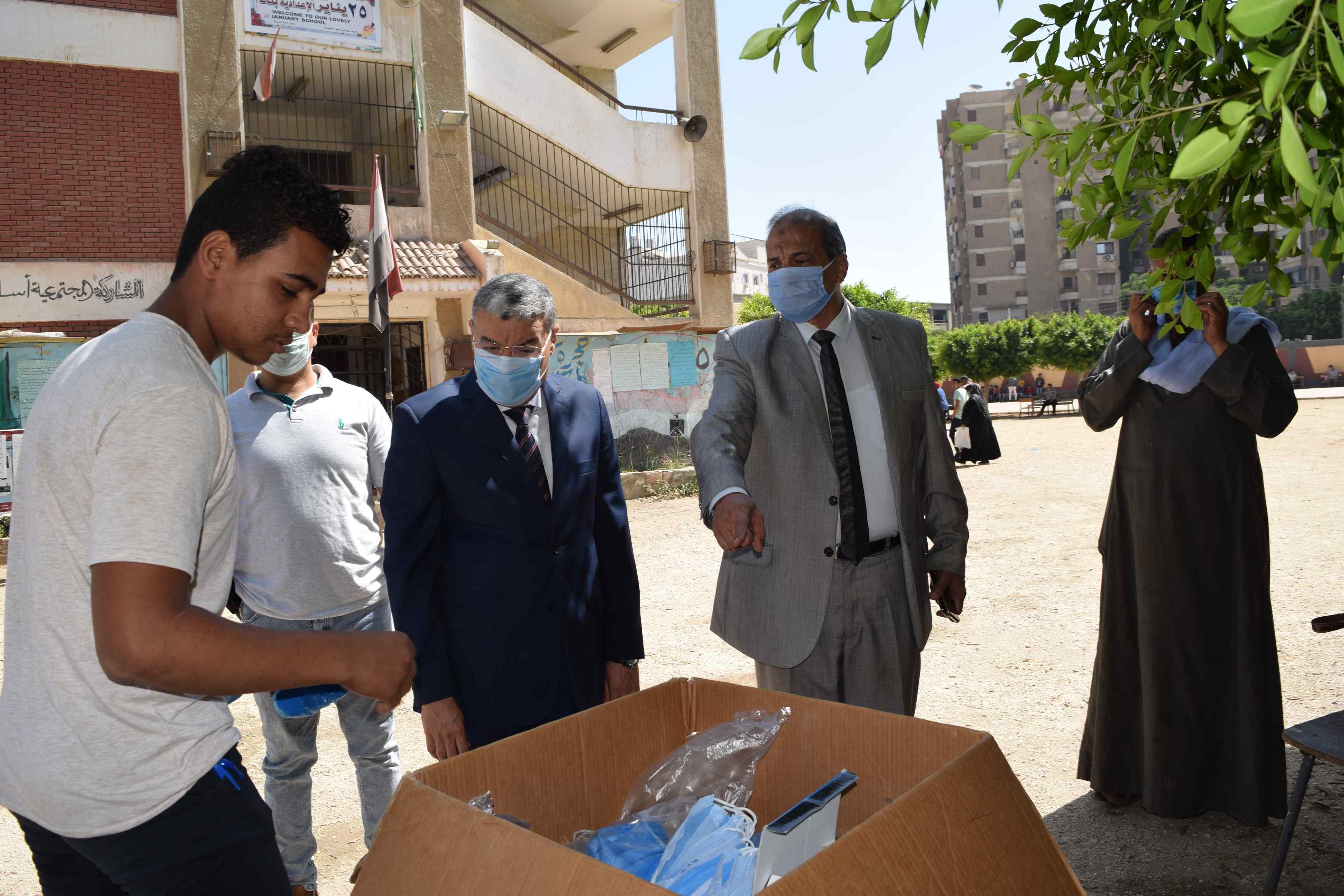 محافظ المنيا يتابع توزيع الكمامات على الطلاب