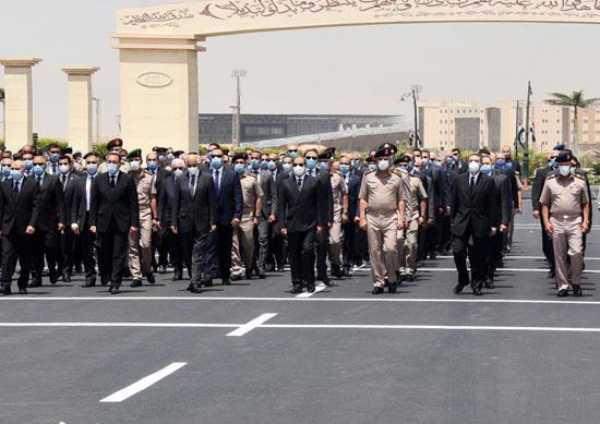 الرئيس السيسي فى يتقدم جنازة الفريق العصار (3)