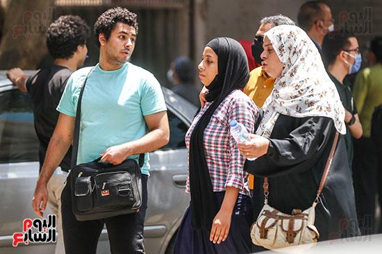 طالبة وأمها بعد الإمتحان