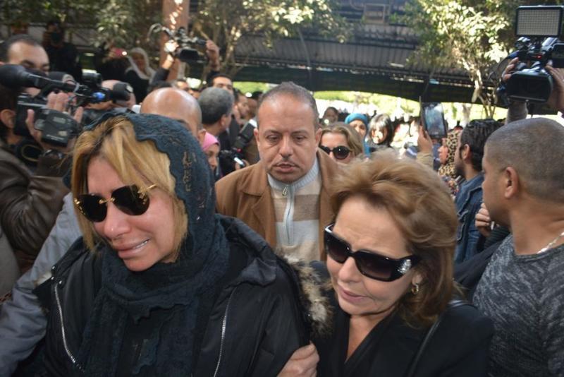 دموع الاعلامية شافكى المنيرى فى جنازة زوجها ممدوح عبد العليم