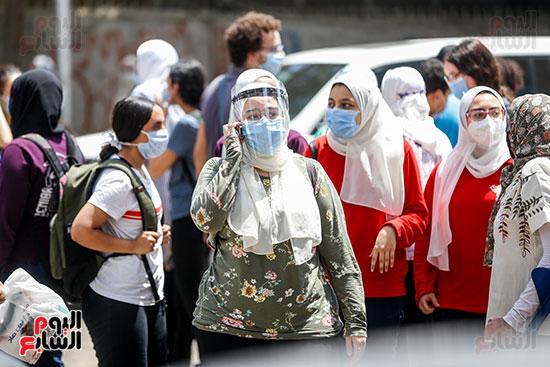 طالبة ترتدي الكمامه  بعد الإنتهاء من الماده