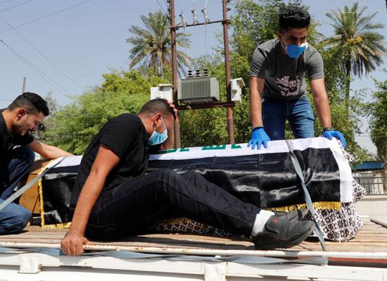 أشقاء المستشار الحكومى السابق هشام الهاشمى بجانب الجثمان