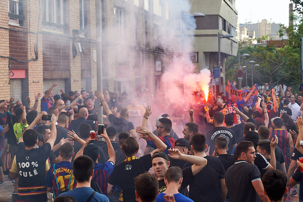 جماهير برشلونة خارج كامب نو (3)