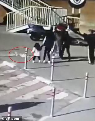 لحظة سقوط زجاجة شمبانيا على رأس طفلة من الدور الـ 23 في موسكو  (2)