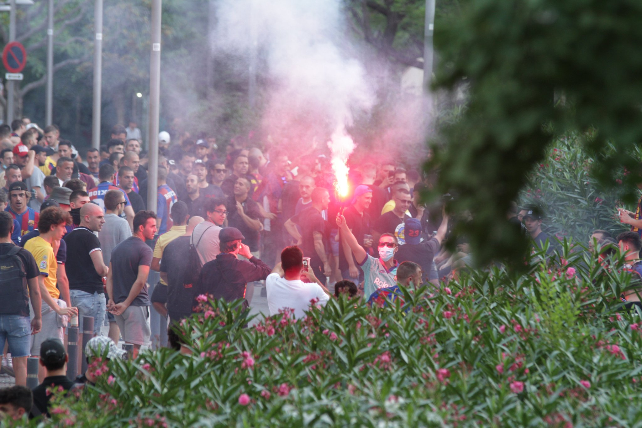 جماهير برشلونة خارج كامب نو (2)