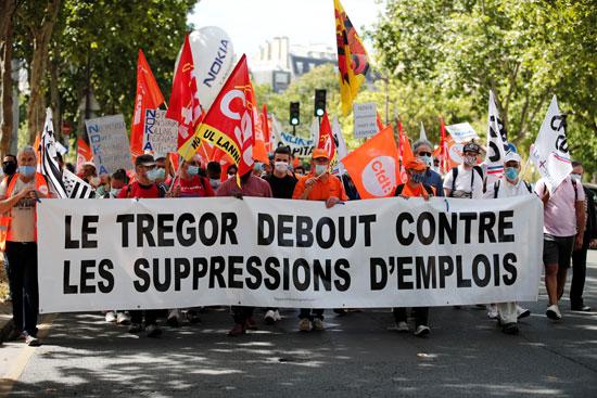 لافتات ضد إلغاء مئات الوظائف