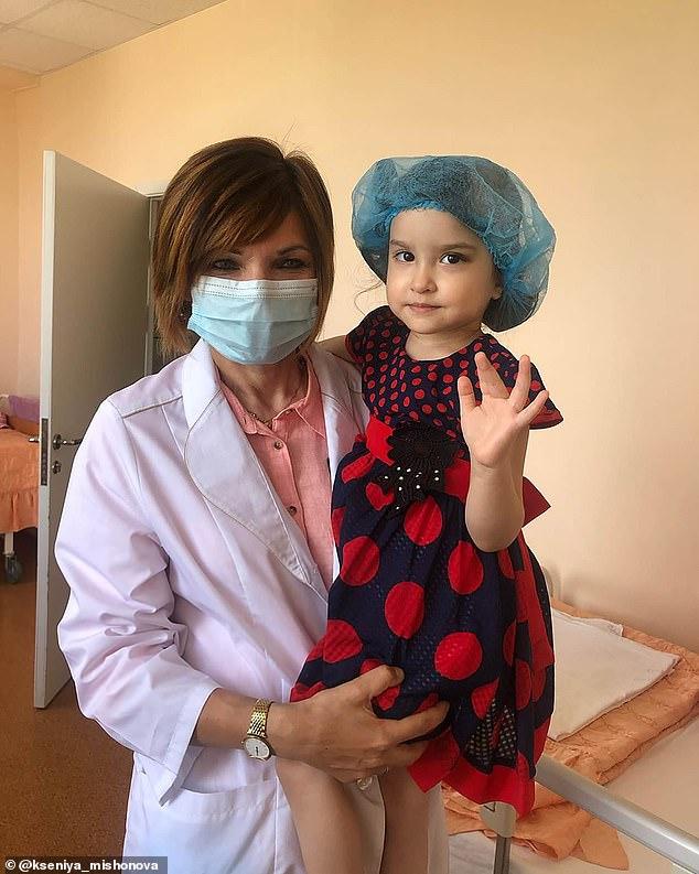 لحظة سقوط زجاجة شمبانيا على رأس طفلة من الدور الـ 23 في موسكو  (3)
