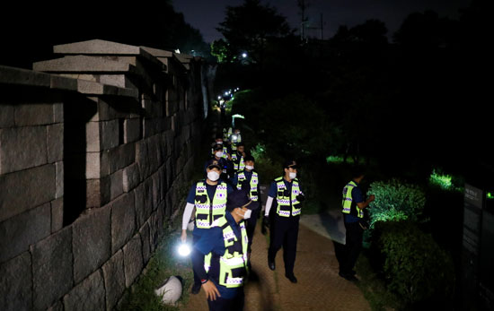رجال الشرطة خلال البحث