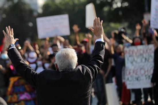 الرئيس المكسيكى يحى مستقبليه