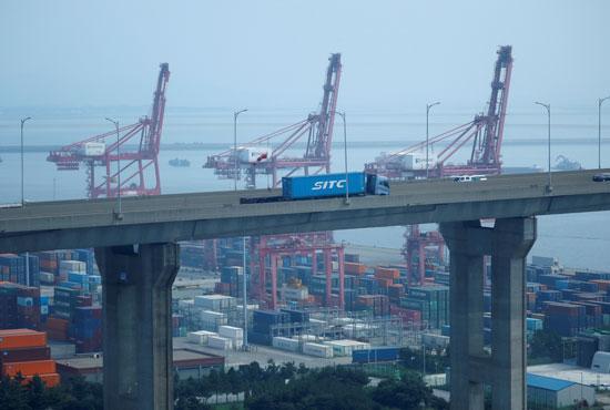 شاحنة تحمل حاوية تخرج من الميناء