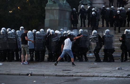 أحد المحتجين يتحرش بقوات الأمن