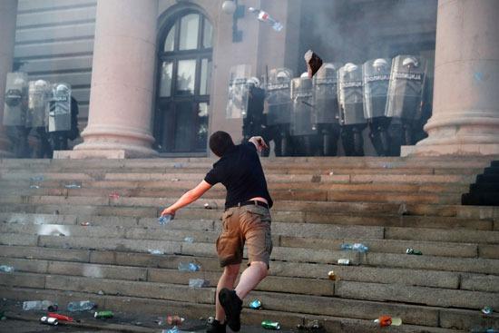 محتج يقذف قوات الأمن بالحجارة