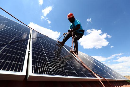 تواصل تركيب محطات الطاقة الشمسية