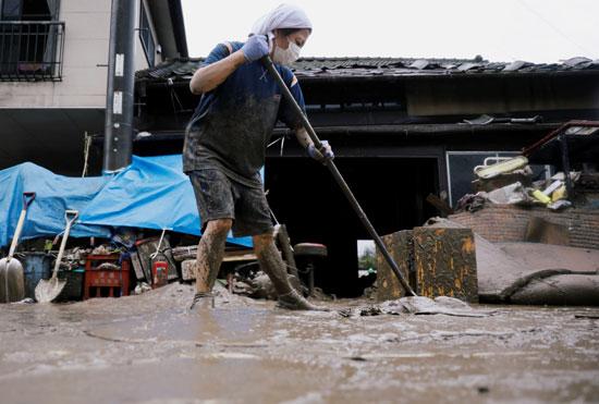 سيدة تزيل آثار الأمطار فى اليابان