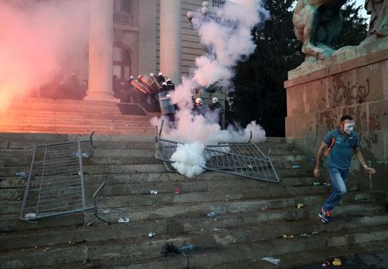 قوات الأمن ترد على المتظاهرين بقنابل الغاز