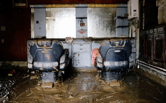 آثار الأمطار داخل صالون حلاقة