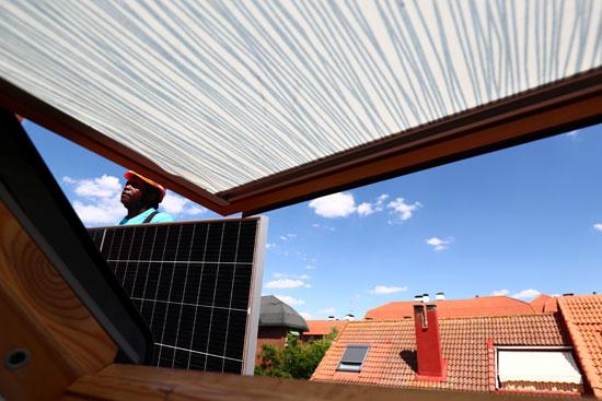العمال يثبتون محطات الطاقة الشمسية