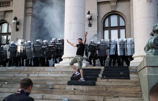 قوات الأمن الصربية فى مواجهة المتظاهرين