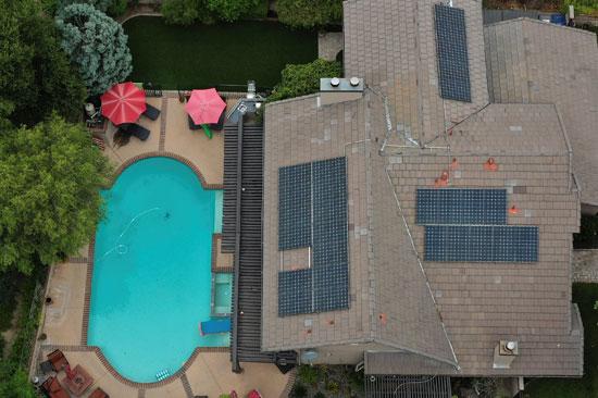 محطات الطاقة الشمسية على سطح منزل