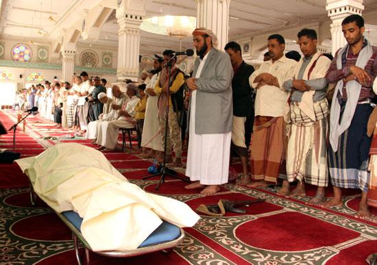 الصلاة على أحد ضحايا كورونا فى اليمن