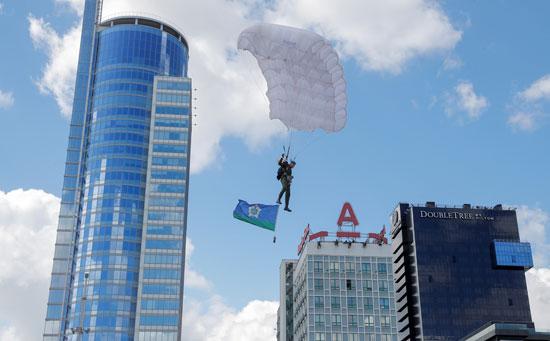 مظلي بيلاروسي يؤدي خلال احتفالات الذكرى 90 للقوات