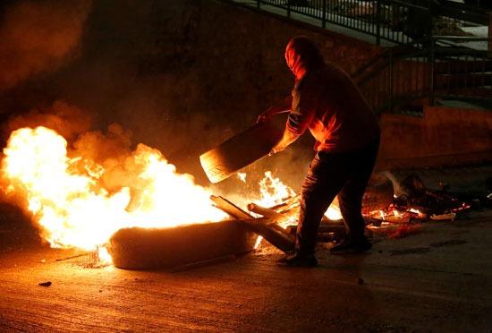 حرق الإطارات أحد وسائل الاحتجاج في فالبارايسو