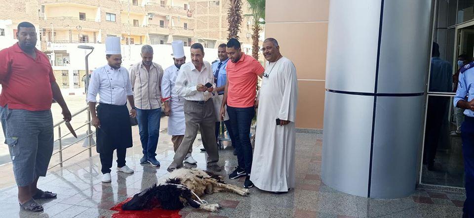 مستشفى العديسات للعزل الصحى تشهد ذبح خروف العيد (1)