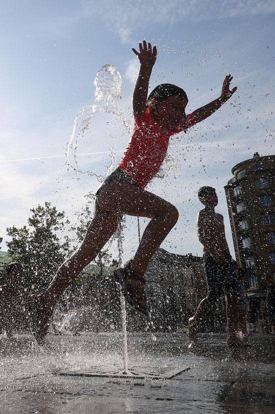 تقفز فى الهواء وسط مياه النافورة