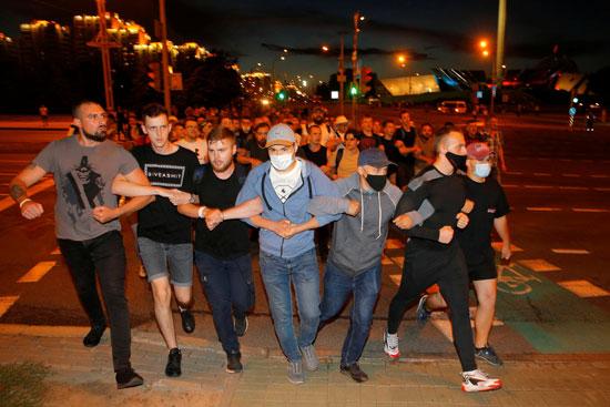 أشخاص يربطون بين السلاح ومسيرة خلال اشتباكات مع أنصار المعارضة