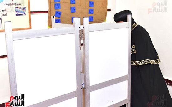 البابا يدلي ببطاقته الإنتخابية