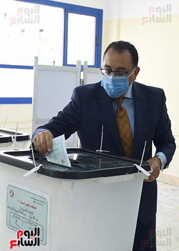 رئيس الوزراء يُدلى بصوته فى انتخابات مجلس الشيوخ (18)