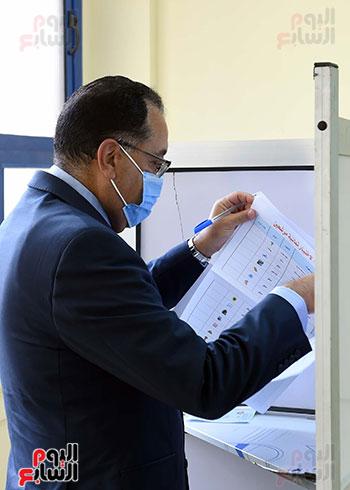 رئيس الوزراء يُدلى بصوته فى انتخابات مجلس الشيوخ (12)