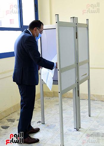 رئيس الوزراء يُدلى بصوته فى انتخابات مجلس الشيوخ (14)