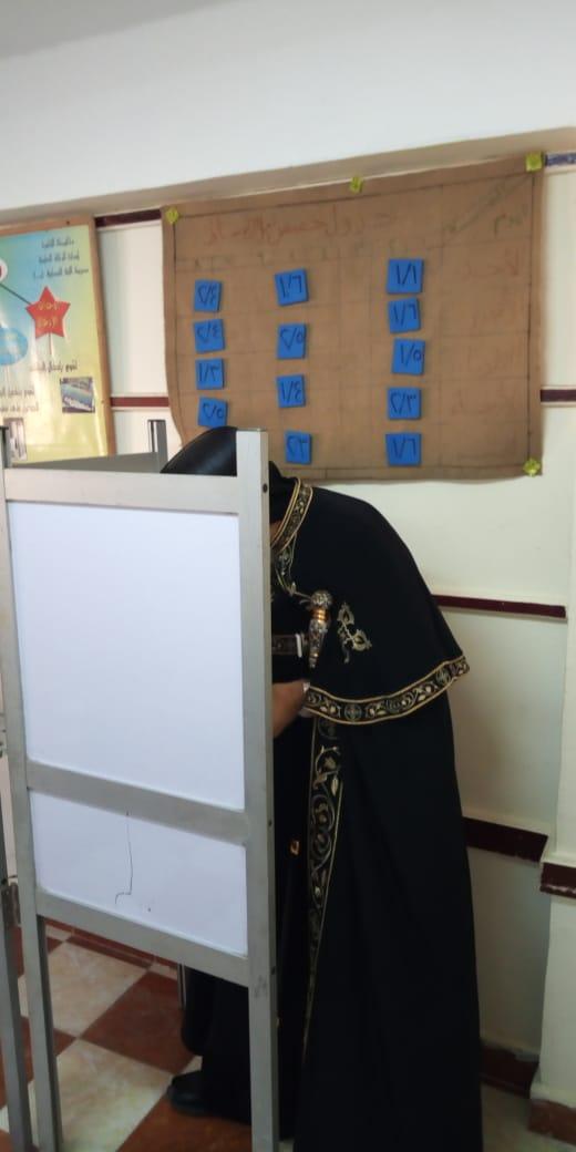البابا تواضروس الثانى يدلى بصوته فى انتخابات مجلس الشيوخ بالوايلى (6)